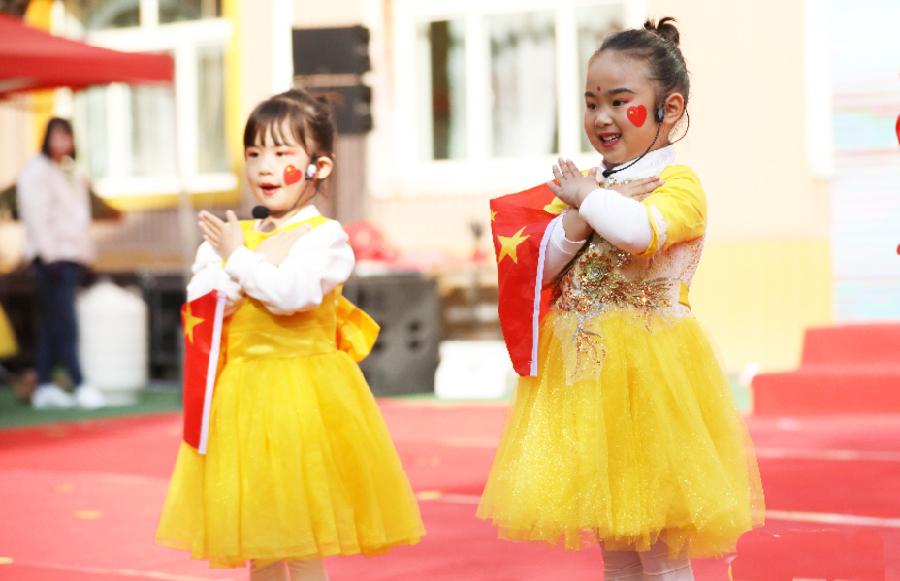 甘肃兰州:萌娃欢歌迎国庆