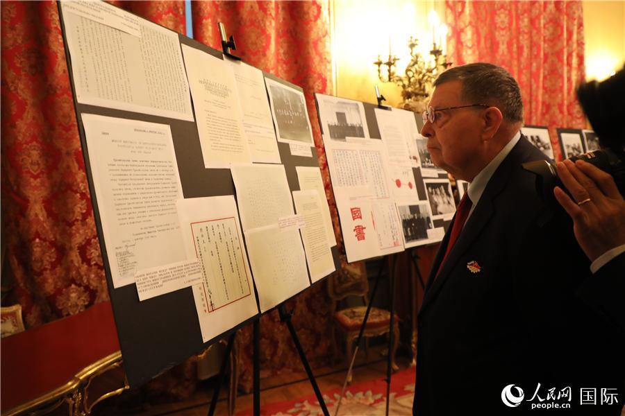 出席展览开幕式的俄罗斯嘉宾正在参观档案文献