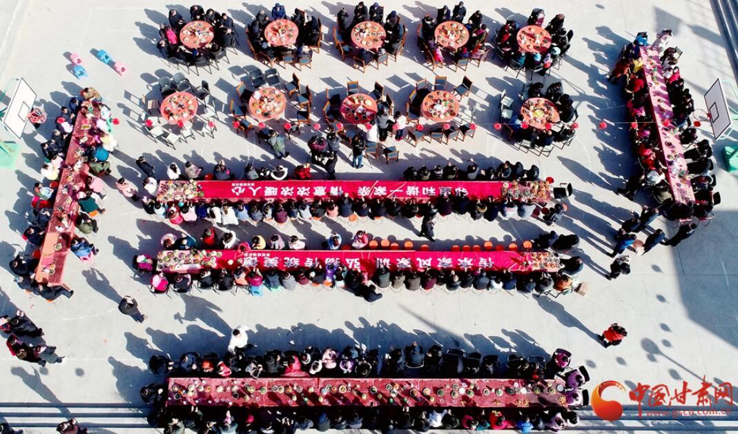 """【甘肃五个一百网络正能量图片·系列展播(94)】高台骆驼城镇:欢乐邻居节 共享""""百家宴"""""""