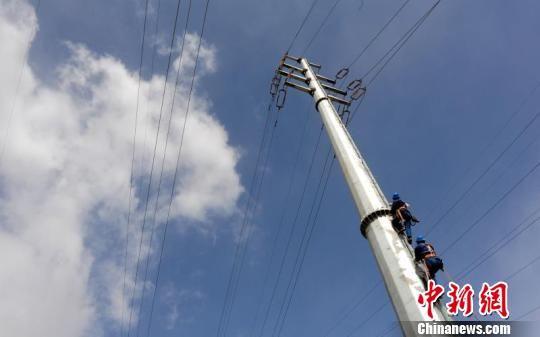 甘肃在深度贫困地区脱贫攻坚基础设施建设中电力工程率先竣工。 张华 摄