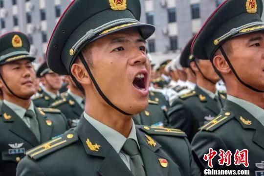 """武警""""训练标兵"""":200天集训练就高标准军姿"""