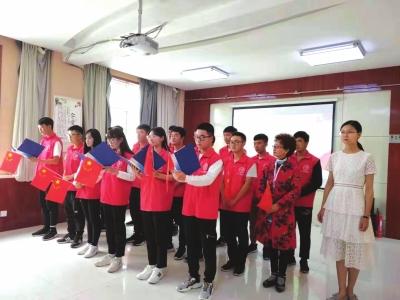 大学生志愿者社区献歌送温暖