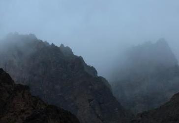 甘肃张掖峡谷云雾缥缈似迷人水墨画
