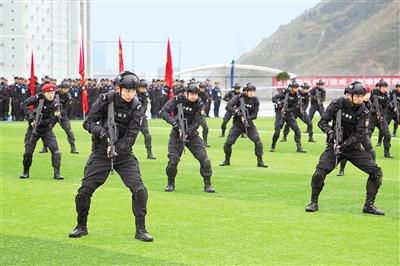 甘肃公安300名特警在兰大比武