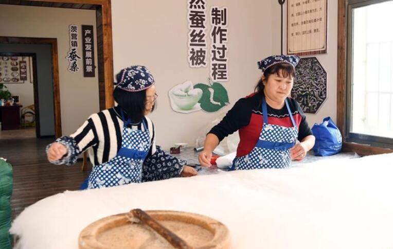"""云南曲靖:团结村的""""巧媳妇"""""""