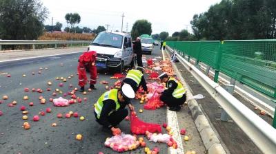 定西高速路上交警捡回一吨苹果