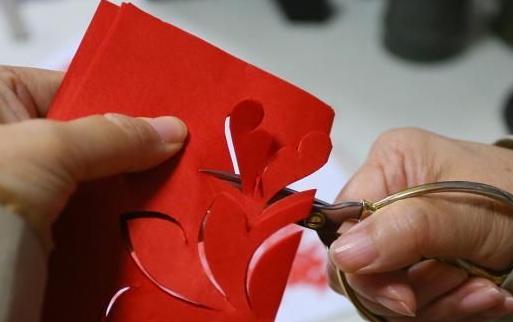 """甘肃镇原剪纸传承人:剪刀和红纸""""舞动""""民族艺术"""