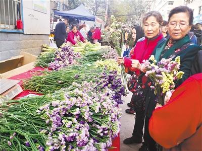 菜场卖花卉 论斤不论枝 兰州现卖花新方式