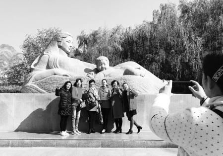 游客在兰州黄河母亲雕塑前游玩并合影留念