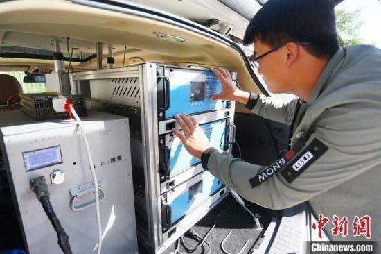 工作人员正在调试移动监测车设备。 高展 摄