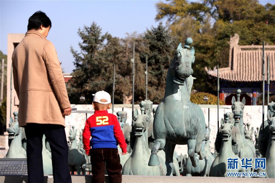 """(社会)(4)甘肃武威:""""铜奔马""""出土地引客来"""