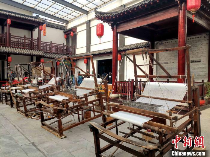 图为中国柳疃丝绸文化博物馆内展出手工木织机。 赵晓 摄