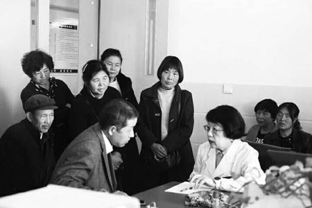 """全国妇联在陇南西和县开展""""两癌""""防治宣教健康义诊活动"""