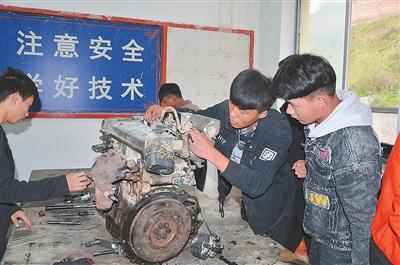 临夏县职业技术学校的学生在上汽修课