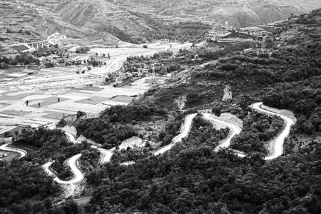 甘肃省:美丽乡村路让老百姓搭上致富快车