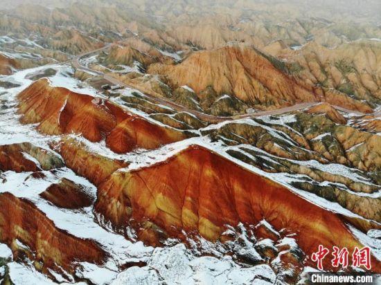 图为张掖丹霞大景区雪后分外妖娆。 杨艳敏 摄