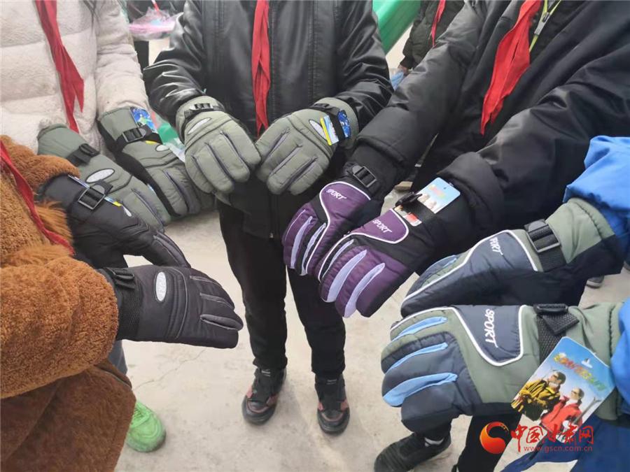 """爱多一点 情暖一度  """"温暖一双手,让爱更多多""""暖冬公益行走进积石山县"""