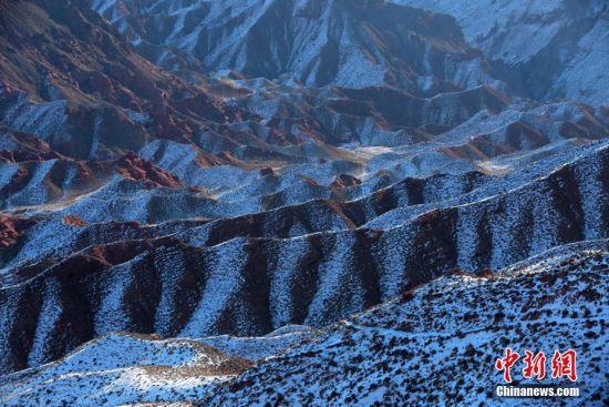 雪后的合黎山犹如丹霞地貌。 杨永伟 摄