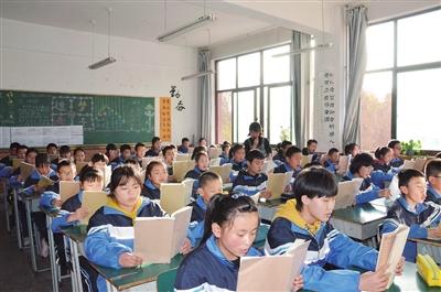 临夏中学初中部初一(6)班的学生正在上语文课