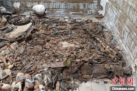图为墓葬中带帷帐的床榻。 甘肃省文物考古研究所供图 摄