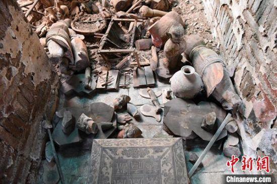 图为墓葬甬道随葬品。 甘肃省文物考古研究所供图 摄