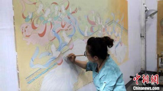 图为王亚林正在临摹敦煌壁画。 高莹 摄