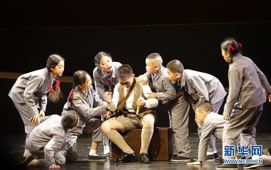 (文化)(1)抗战题材儿童剧《箱子里的图书馆》在京上演