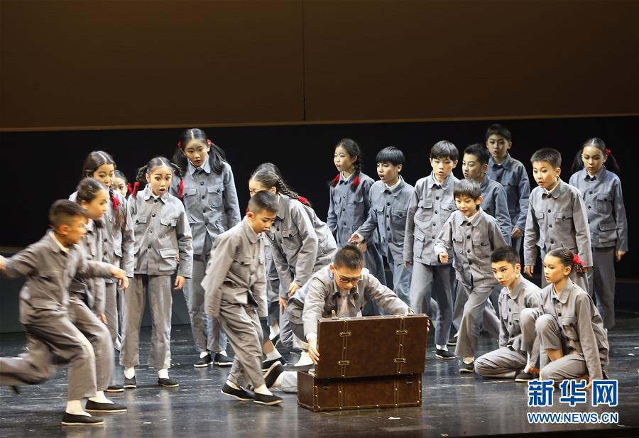 (文化)(2)抗战题材儿童剧《箱子里的图书馆》在京上演