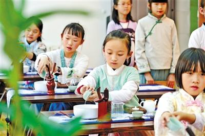 兰州安西路小学小小茶艺师:汉服翩翩 学茶悟茶