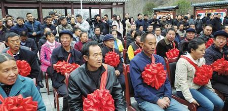 陇南宕昌县脱贫户戴上大红花(组图)