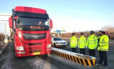 甘肃省高速公路收费站入口货运车辆称重 检测首日劝返394辆超限货