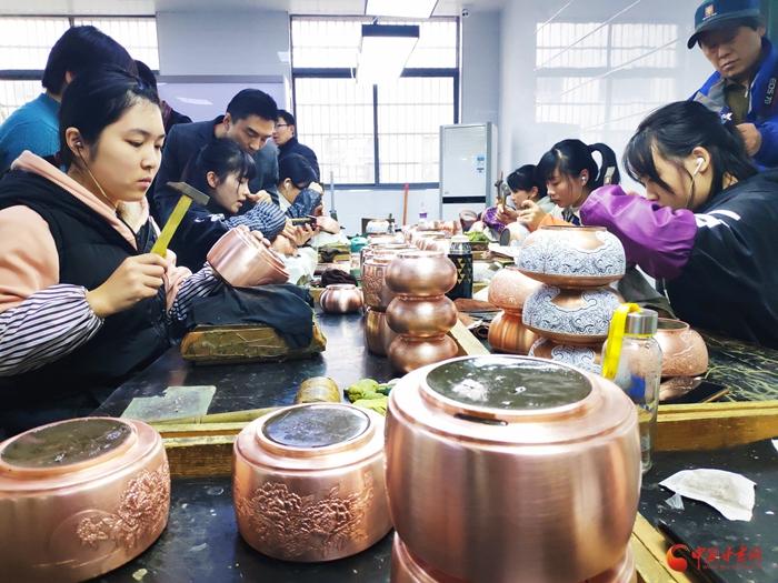 江西贵溪市: 铜城赋能艺术生命 铜上开花精美绝伦