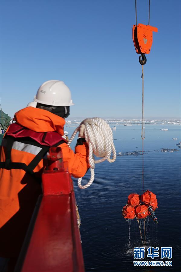 """(""""雪龙""""探南极·图文互动)(5)""""雪龙2""""号首次回收和布放南极考察潜标"""