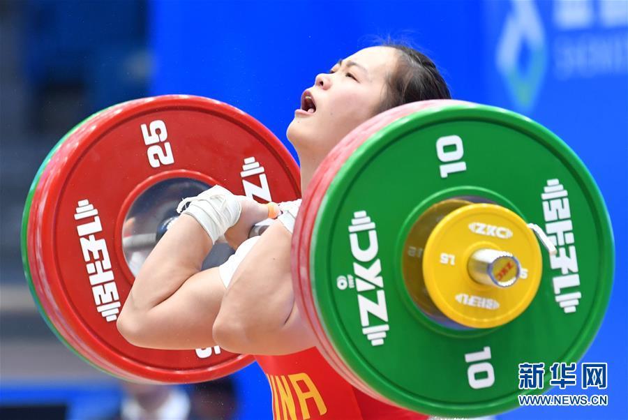 (体育)(2)举重——世界杯:邓薇获女子64公斤级抓举和总成绩冠军并创造抓举新世界纪录