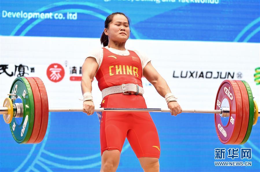 (体育)(3)举重——世界杯:邓薇获女子64公斤级抓举和总成绩冠军并创造抓举新世界纪录