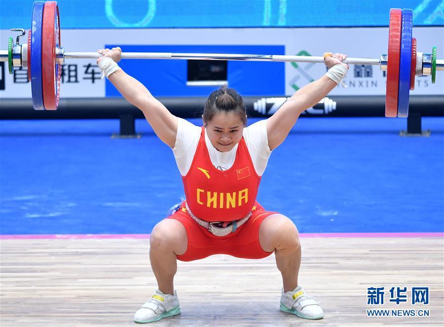 (体育)(4)举重——世界杯:邓薇获女子64公斤级抓举和总成绩冠军并创造抓举新世界纪录