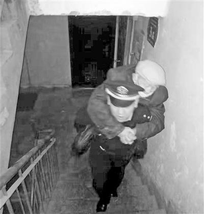 兰州:寒夜里八旬老人街头迷路 民警把他背上七楼送回家