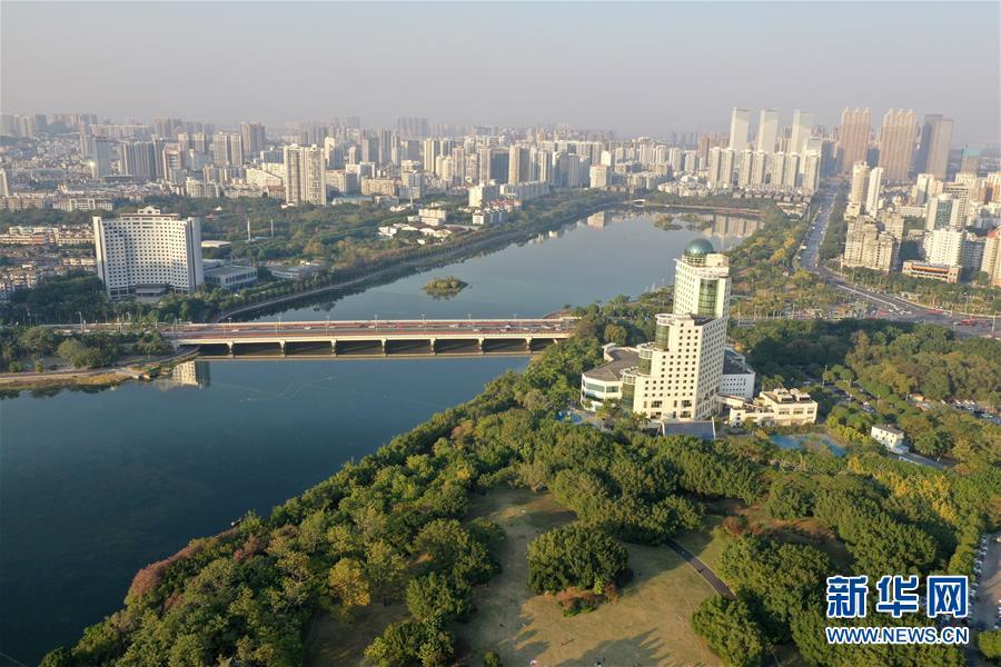 (环境)(2)广西南宁:初冬依旧好风貌  半城绿树半城楼