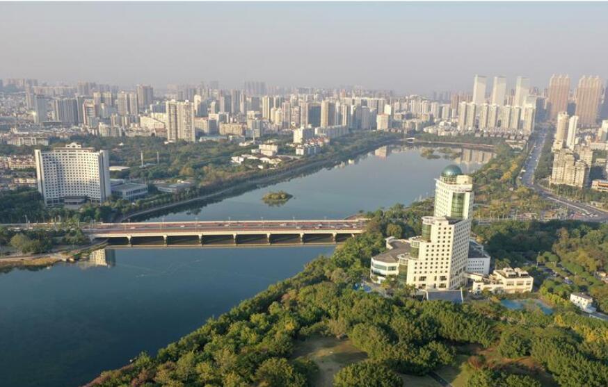 广西南宁:初冬依旧好风貌 半城绿树半城楼