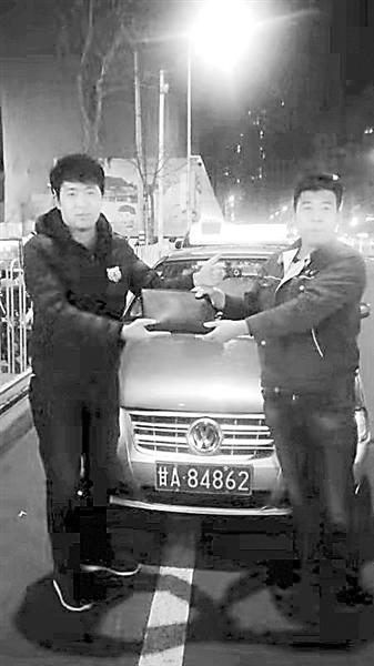 兰州:大意乘客3万元现金遗落出租车 好心的哥多方寻找归还失主