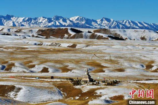 图为祁连山下的冬日雪景。 郑耀德 摄