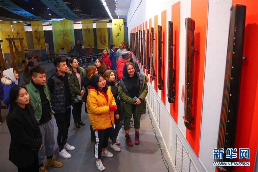 (文化)(1)校园里的古琴艺术展