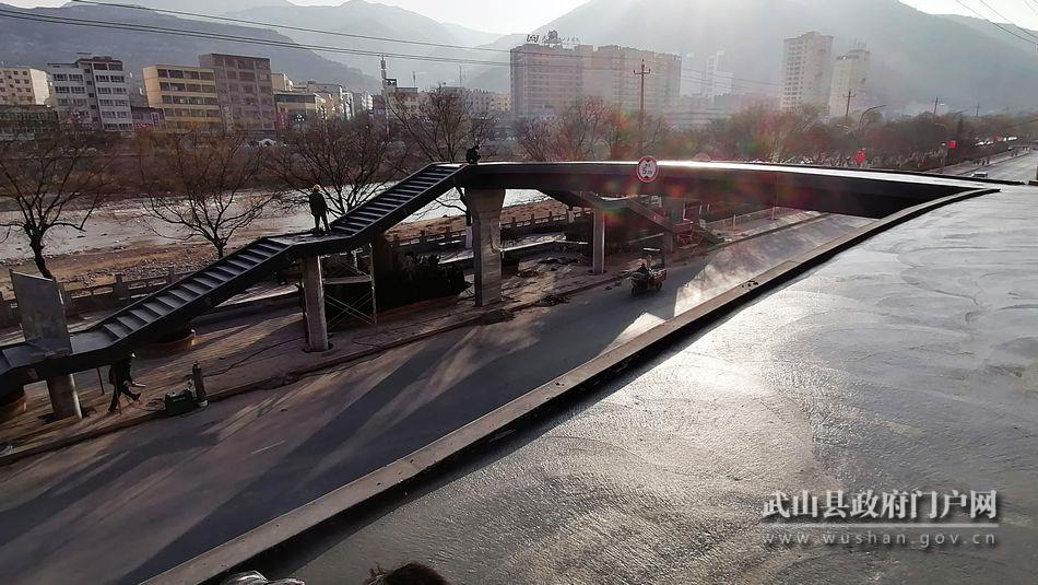 武山县首座人行天桥即将建成投用