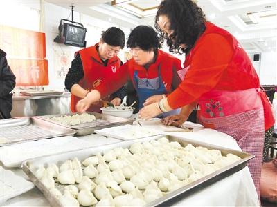 迎冬至 兰州市各社区包饺子送温暖