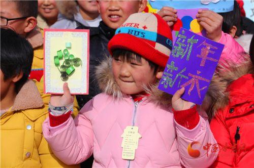 """津陇情深 天津""""春蕾公益""""为甘肃山区学子捐新衣"""
