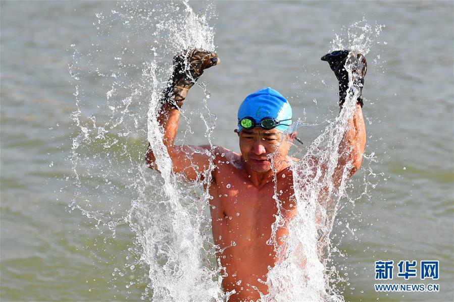 """(体育·专题)(15)全民健身·悦动人生——黄河""""泳""""士"""