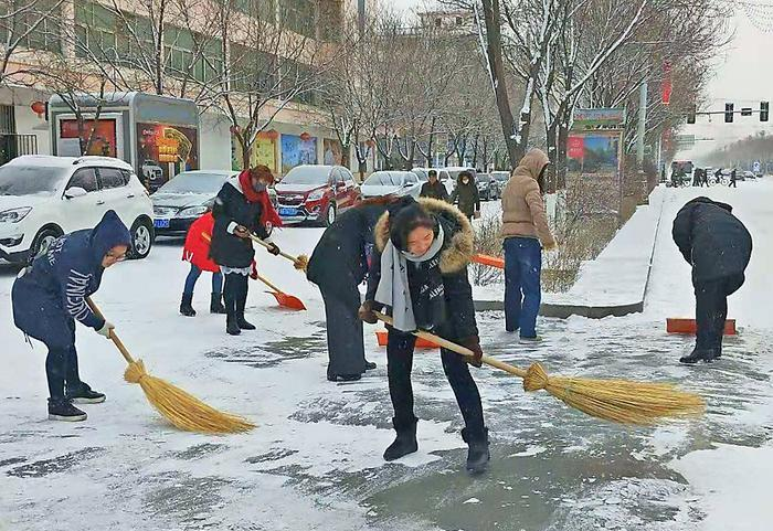 嘉峪关市各部门及时清扫积雪