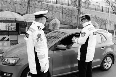 兰州交警开展为期一个月专项整治行动 车辆前后排乘客系没系安全带都要查