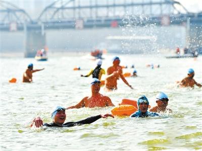 兰州:300健儿畅游黄河迎新年