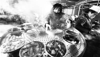 """五保户残疾人免费吃 """"大锅烩菜""""温暖兰州夜归人"""